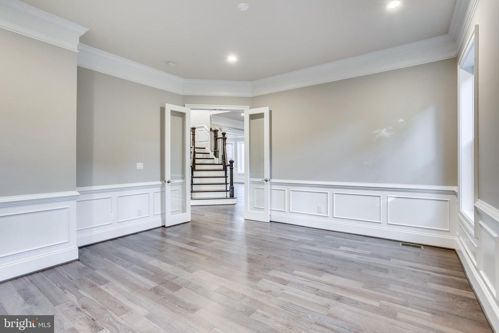 Beautiful molding in this bedroom - 4112 DOVEVILLE LN, FAIRFAX