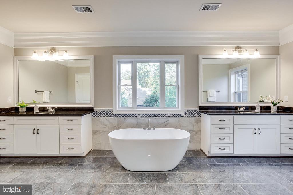 Double sinks and soaking tub - 4112 DOVEVILLE LN, FAIRFAX