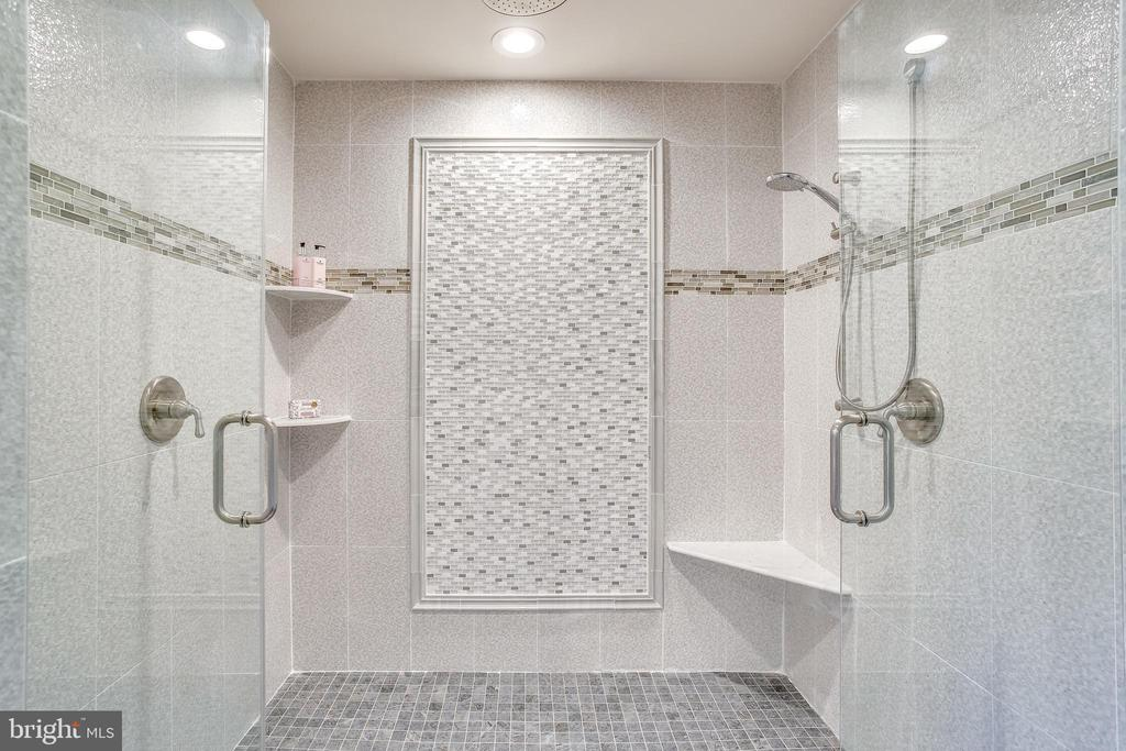 Custom oversized walk in shower - 4112 DOVEVILLE LN, FAIRFAX