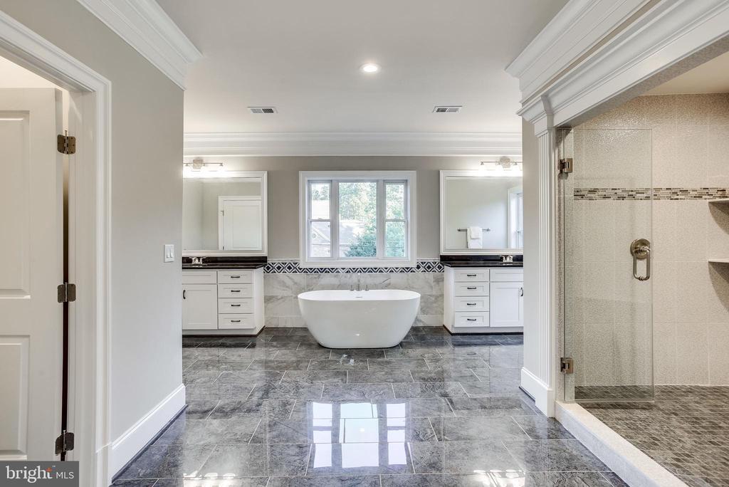 Elegant master bathroom - 4112 DOVEVILLE LN, FAIRFAX
