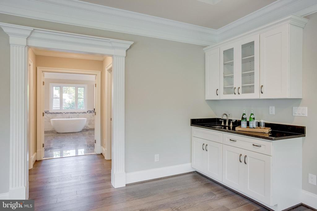 Grab a drink before bed with your private cabinet - 4112 DOVEVILLE LN, FAIRFAX