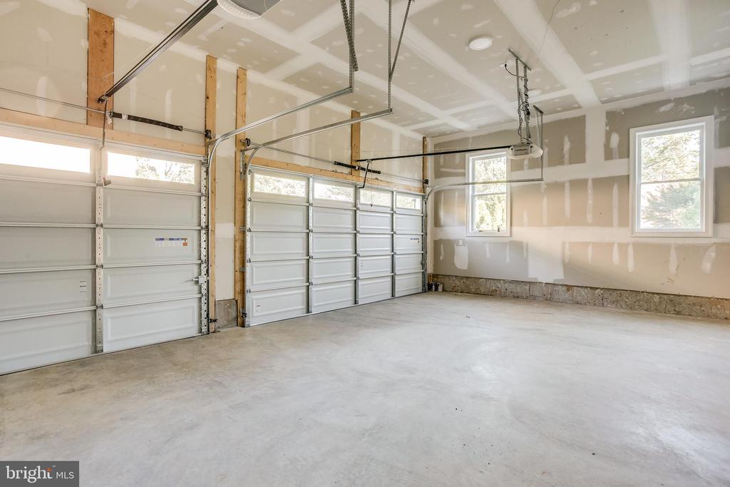 Spacious 3 car garage - 4112 DOVEVILLE LN, FAIRFAX