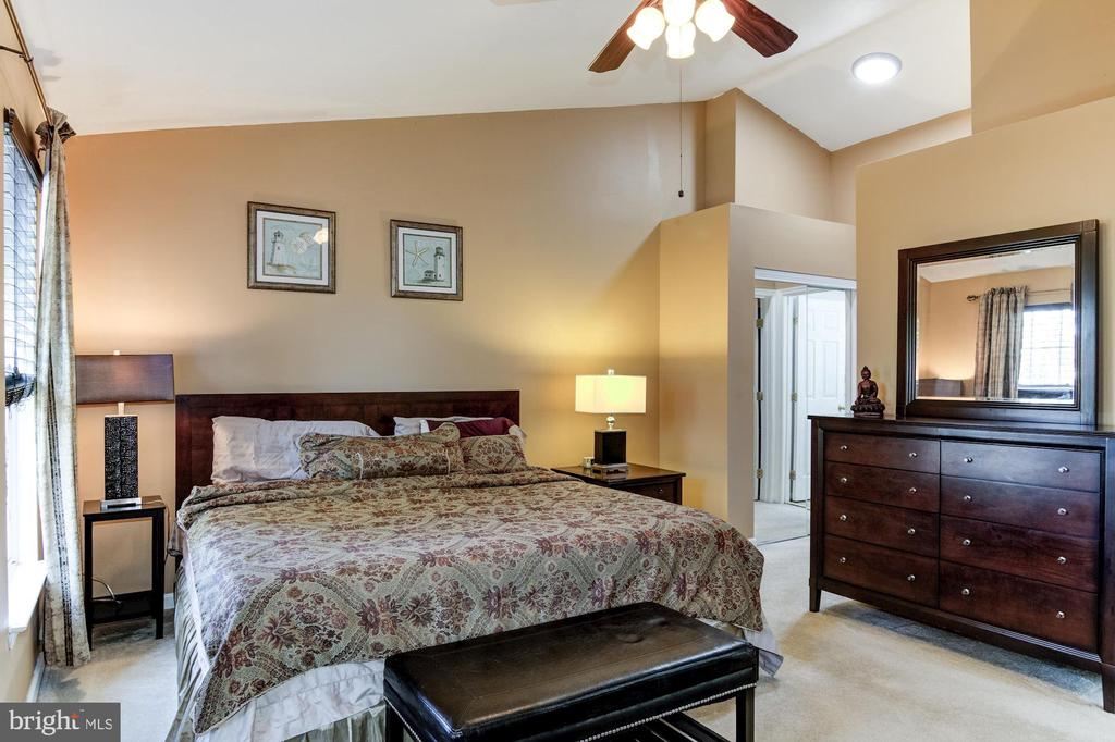 Huge Master bedroom with Vaulted ceilings - 9515 BALLAGAN CT, BRISTOW