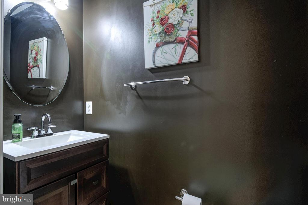Upgraded powder with new faucet, vanity and more - 9515 BALLAGAN CT, BRISTOW