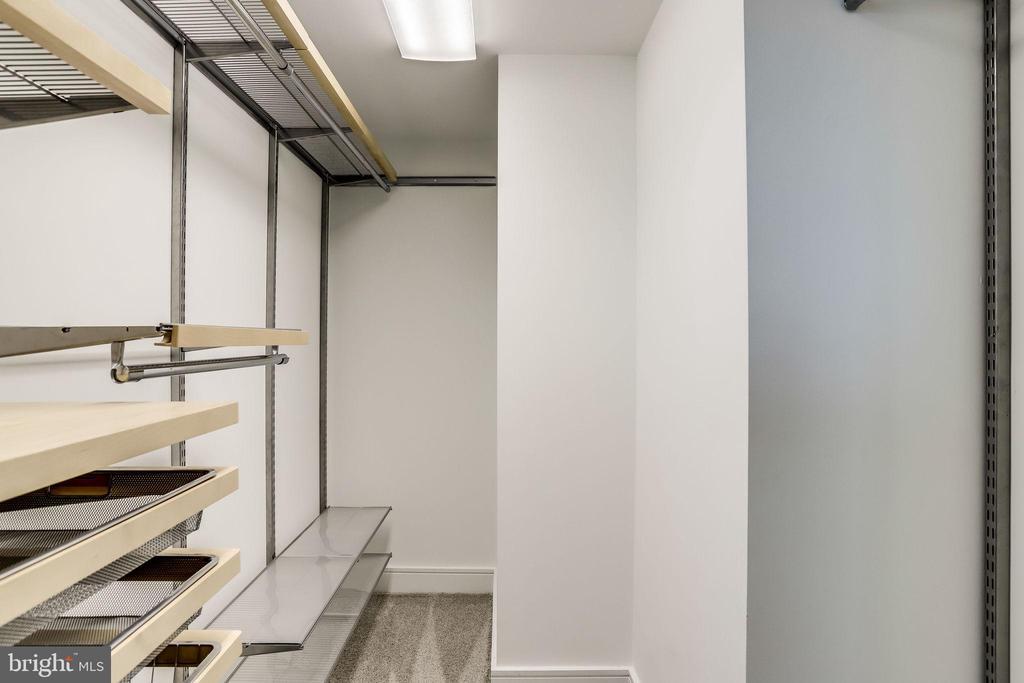 Master walk-in closet with Elfa systems - 2001 15TH ST N #1506, ARLINGTON