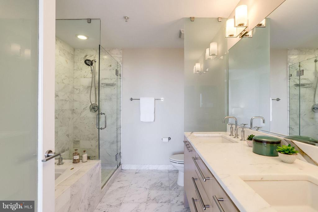 Large walk-in shower and soaking tub - 2001 15TH ST N #1506, ARLINGTON