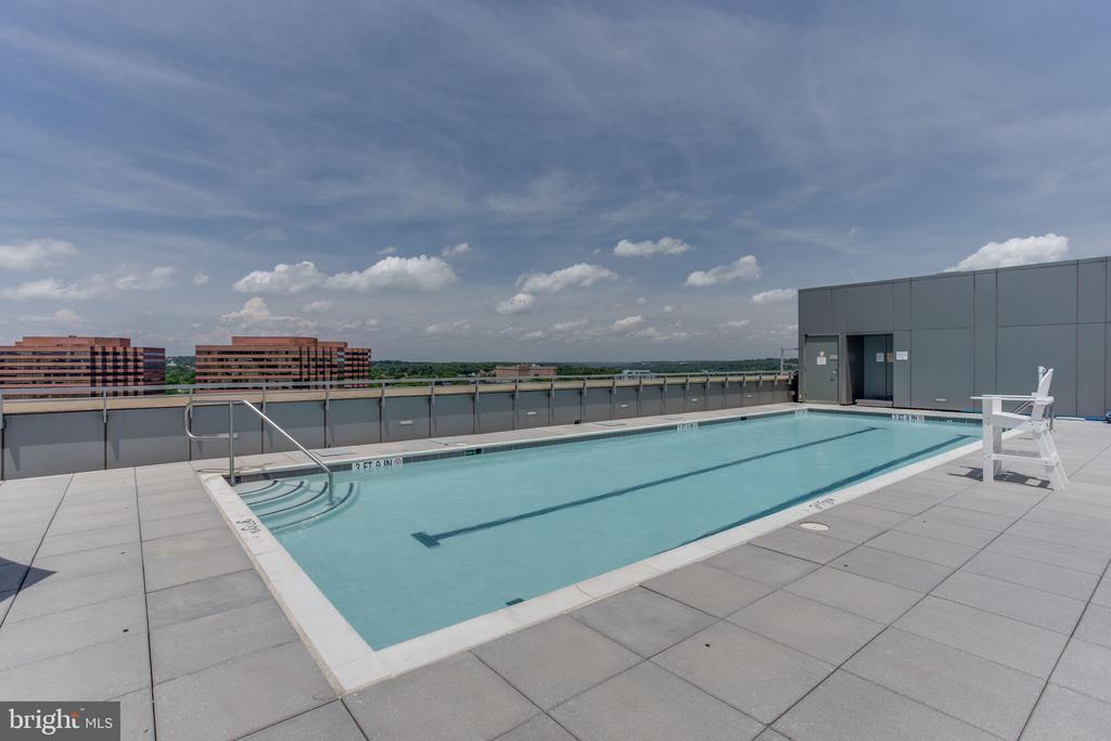 Roof top pool - 2001 15TH ST N #1506, ARLINGTON