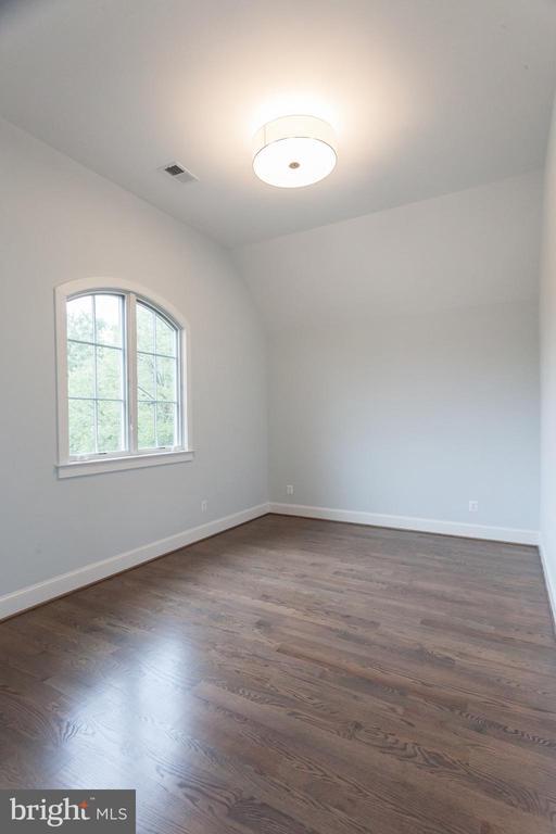 Guest suite with soaring ceilings - 1607 N BRYAN ST, ARLINGTON