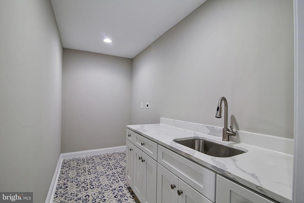Upper Level Laundry with moroccan tile - 10614 HUNTER STATION RD, VIENNA