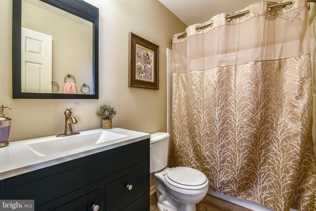 Hall Bath Upstairs - 317 BAISH DR SE, LEESBURG