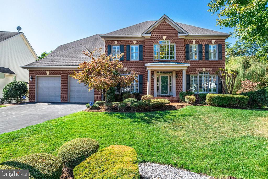 Stately Colonial w/ 2 Car Garage - 7002 HIGHLAND MEADOWS CT, ALEXANDRIA