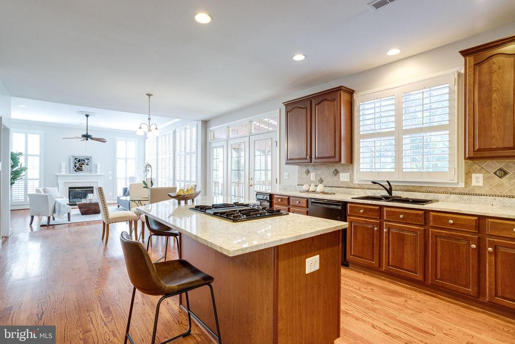 Open Kitchen w/ Cooktop on Center Island - 7002 HIGHLAND MEADOWS CT, ALEXANDRIA
