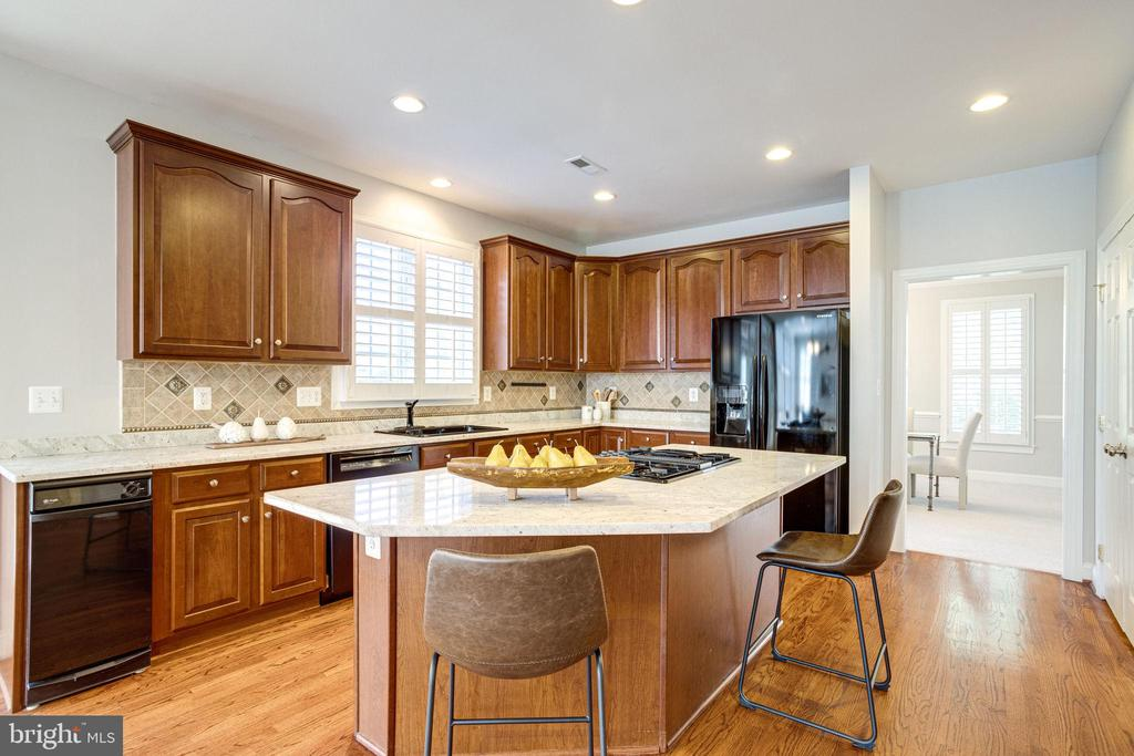 Wonderful kitchen, you'll enjoy entertaining in - 7002 HIGHLAND MEADOWS CT, ALEXANDRIA