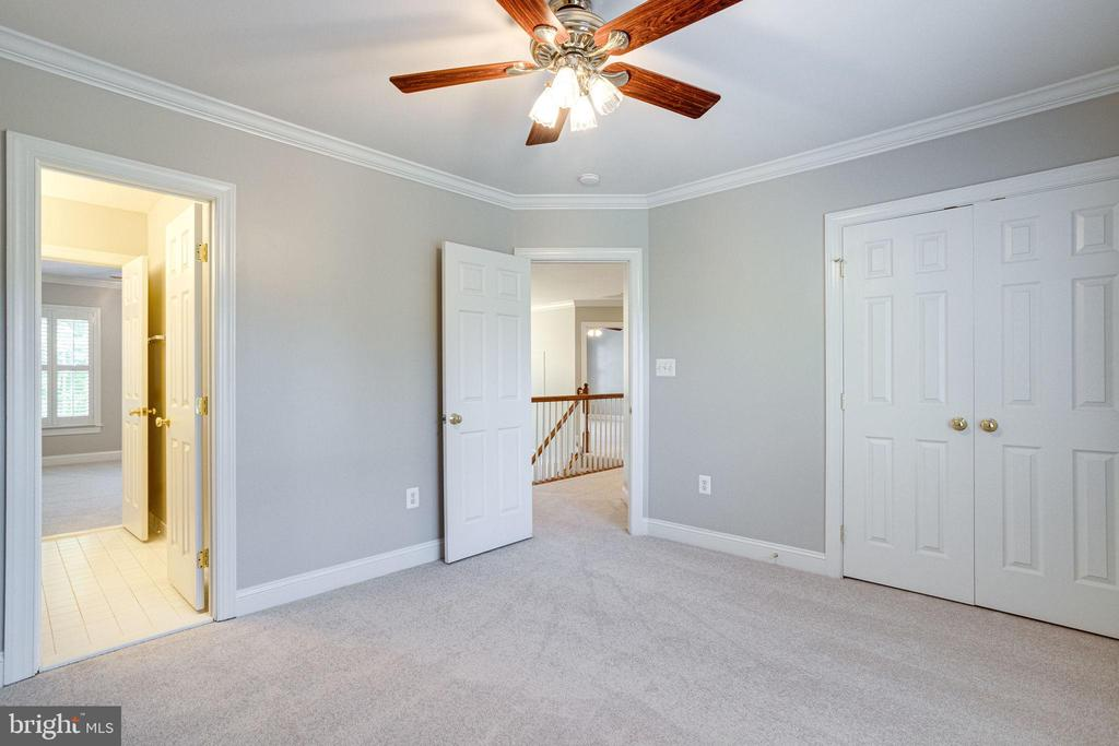 4th bedroom shares jack & jill bath - 7002 HIGHLAND MEADOWS CT, ALEXANDRIA