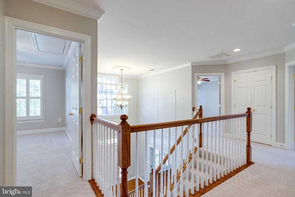 Upstairs walkway between the 4 large bedrooms - 7002 HIGHLAND MEADOWS CT, ALEXANDRIA