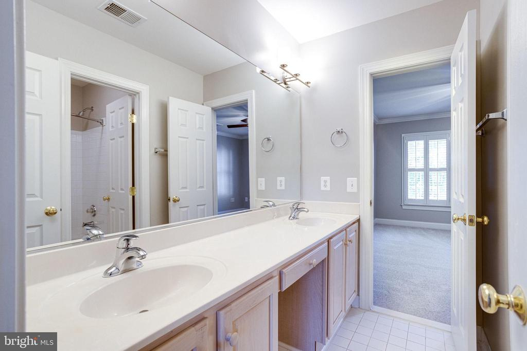 Jack & Jill bath w/ double sinks & tub - 7002 HIGHLAND MEADOWS CT, ALEXANDRIA