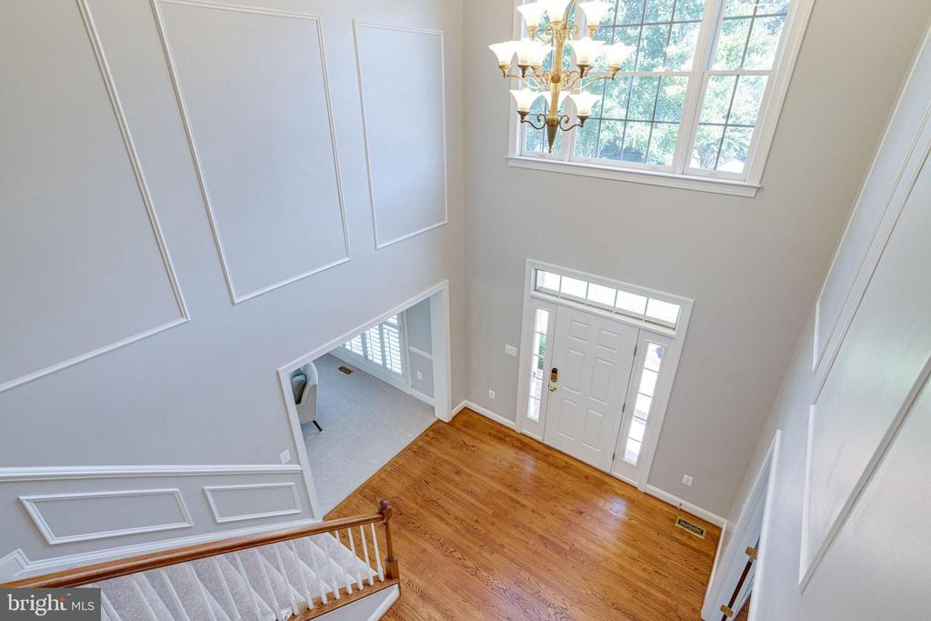 Dramatic 2 story foyer - 7002 HIGHLAND MEADOWS CT, ALEXANDRIA