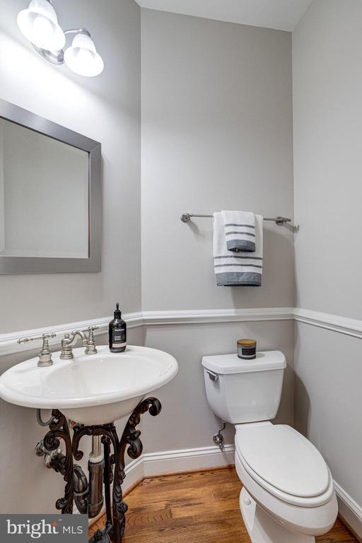 Main Level Powder Room - 7002 HIGHLAND MEADOWS CT, ALEXANDRIA