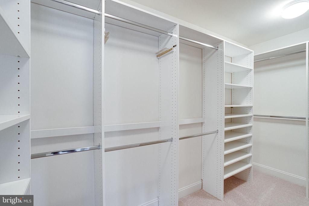 Separate hers/his master closets - 7002 HIGHLAND MEADOWS CT, ALEXANDRIA