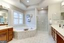 Master bath w/ double sinks - 7002 HIGHLAND MEADOWS CT, ALEXANDRIA