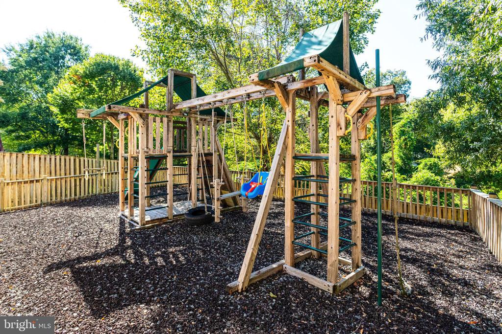 More than just a playset - 7002 HIGHLAND MEADOWS CT, ALEXANDRIA