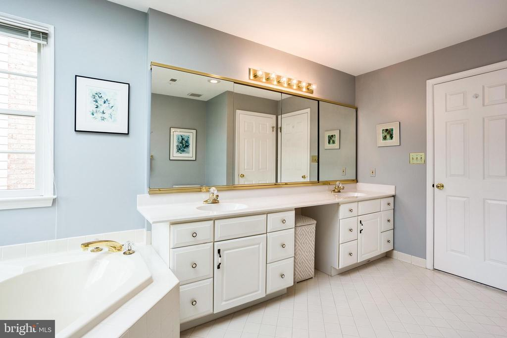 Clean and bright master bathroom - 3702 MILLPOND CT, FAIRFAX
