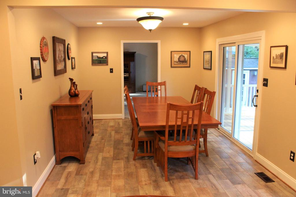 Freshly painted & new tiled floors in dining room - 7255 RIDGEWAY DR, MANASSAS