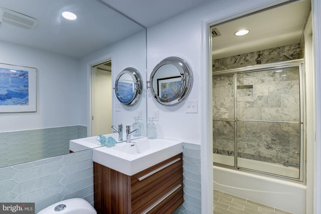 Chic new bathroom - 2725 CONNECTICUT AVE NW #607, WASHINGTON