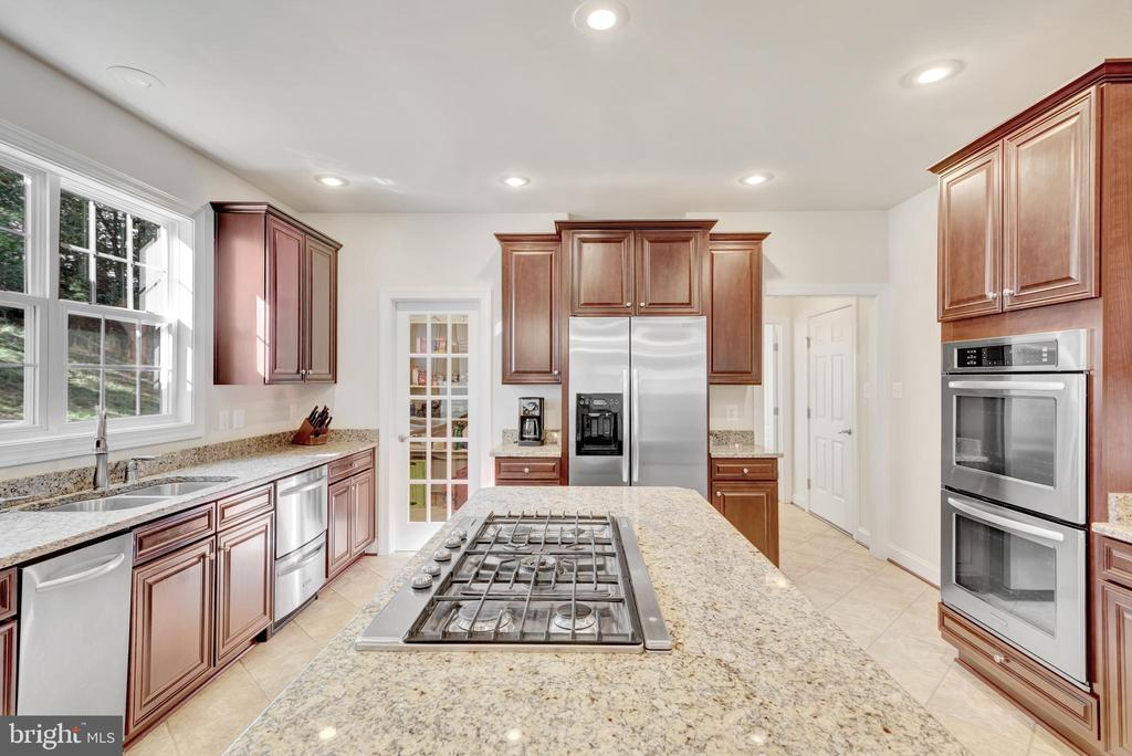 Level 3 tile in the kitchen and mud room. - 38 PRESIDENTIAL LN, STAFFORD