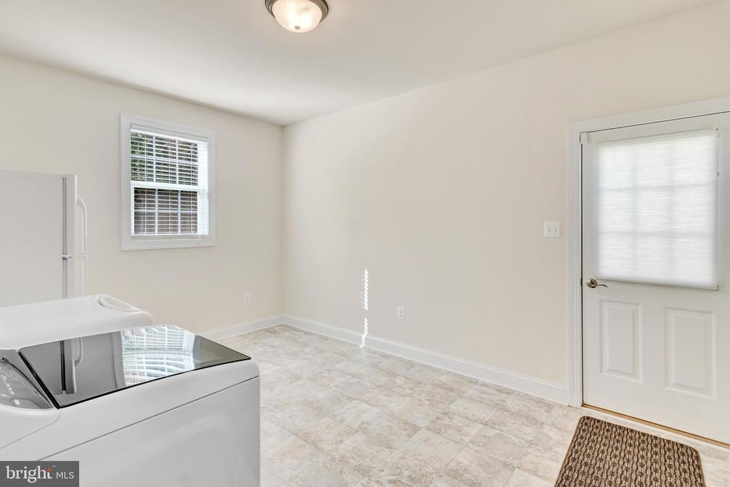 Mud room with washer and dryer. - 38 PRESIDENTIAL LN, STAFFORD
