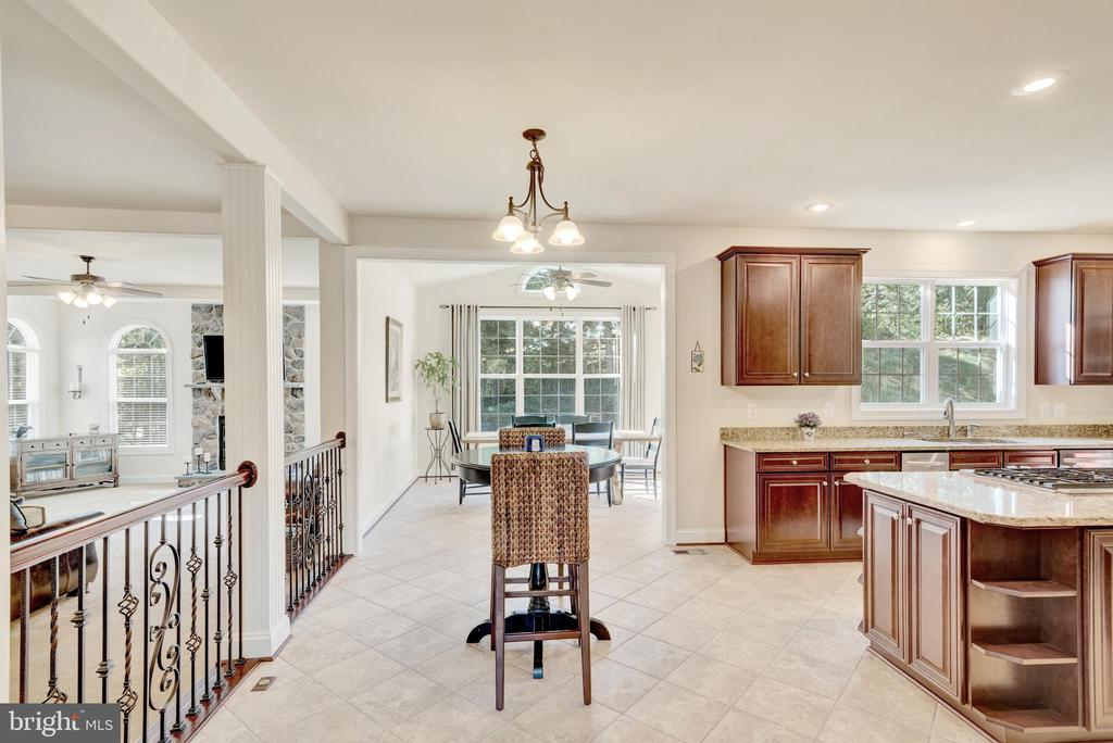Main floor space for family gatherings. - 38 PRESIDENTIAL LN, STAFFORD