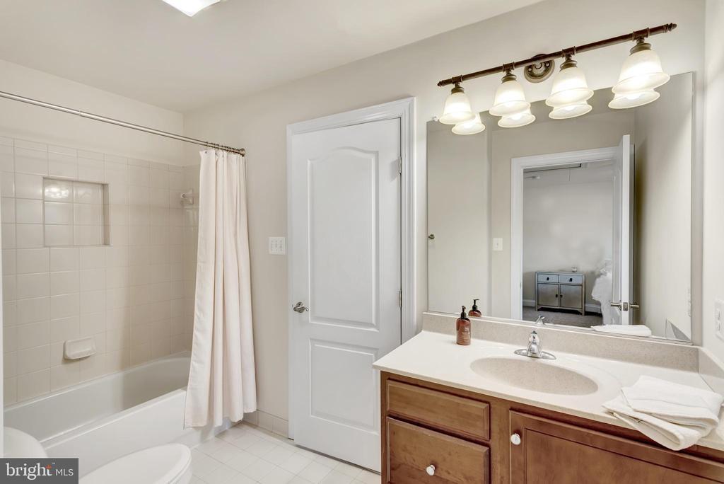 Split bathroom between bedrooms #3 and #4. - 38 PRESIDENTIAL LN, STAFFORD