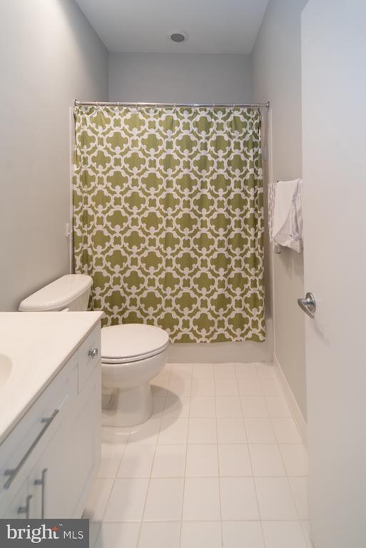 Upper level full bath - 2086 N OAKLAND ST, ARLINGTON