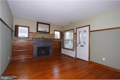 Open family room with custom built-ins. - 235 N BARTON ST, ARLINGTON