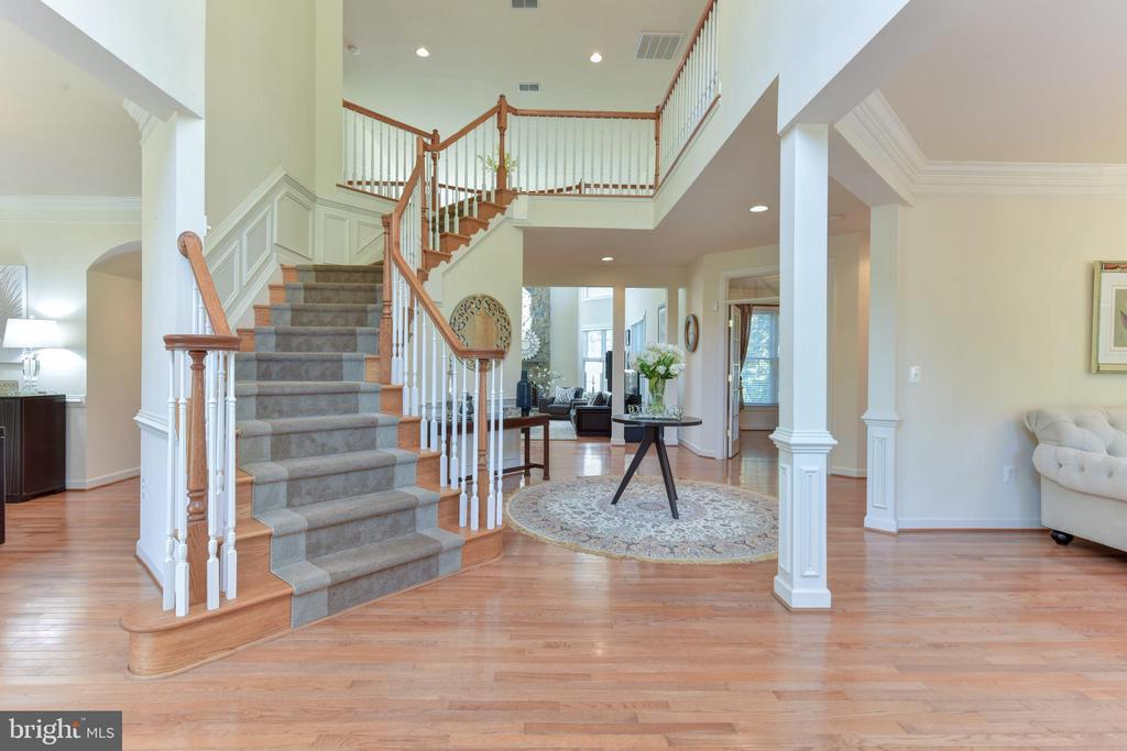 Grand entrance with 2 story foyer - 10712 OX CROFT CT, FAIRFAX STATION
