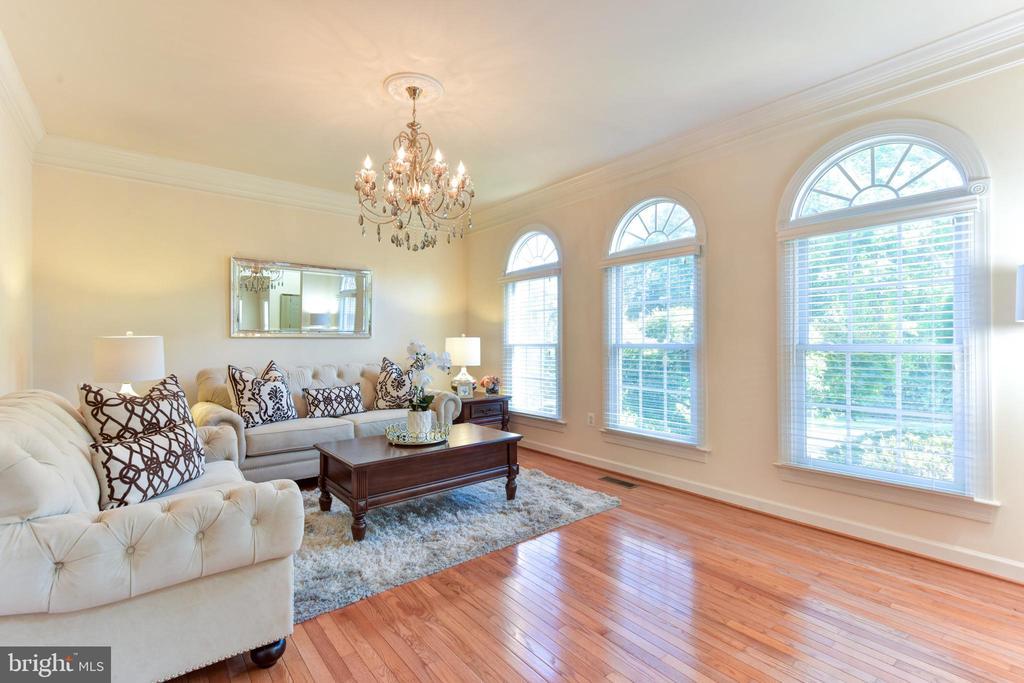Formal living room with abundant windows - 10712 OX CROFT CT, FAIRFAX STATION