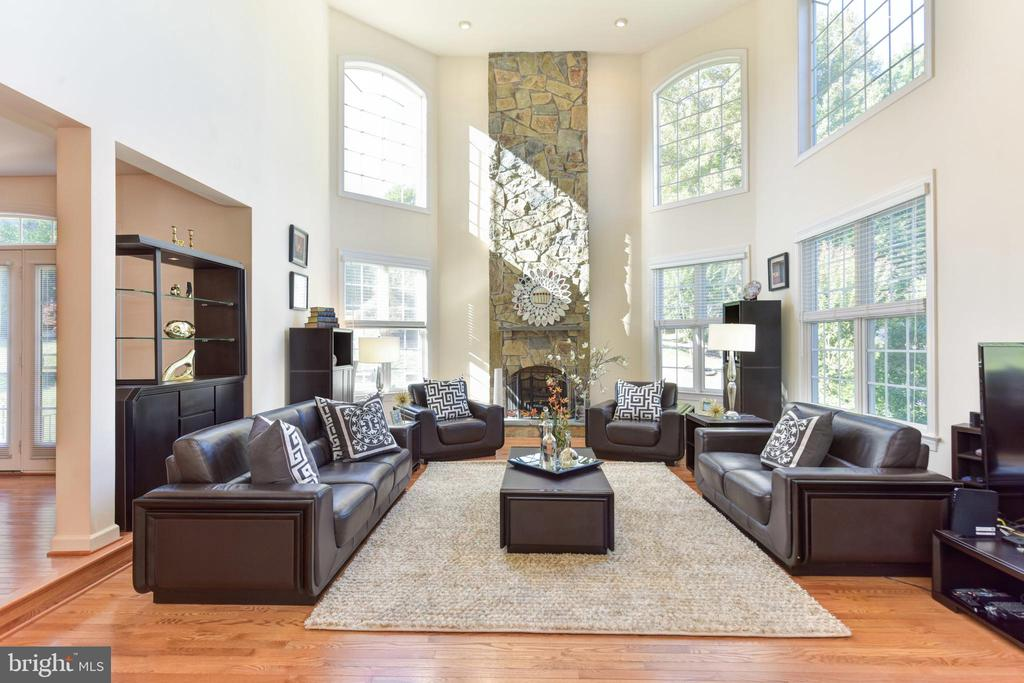 Stunning 2 story great room with stone fireplace - 10712 OX CROFT CT, FAIRFAX STATION