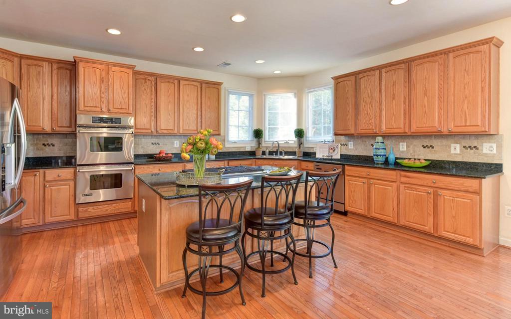 Gourmet kitchen with granite countertops - 10712 OX CROFT CT, FAIRFAX STATION