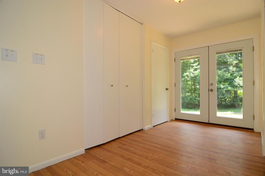 NATURAL LIGHT WELCOMES YOU HOME - 10215 HUNTER VALLEY RD, VIENNA