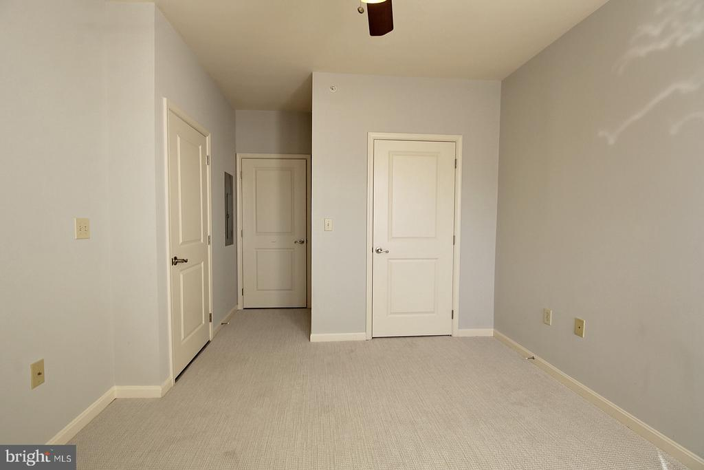 Private en suite access to hall bath. - 2665 PROSPERITY AVE #429, FAIRFAX