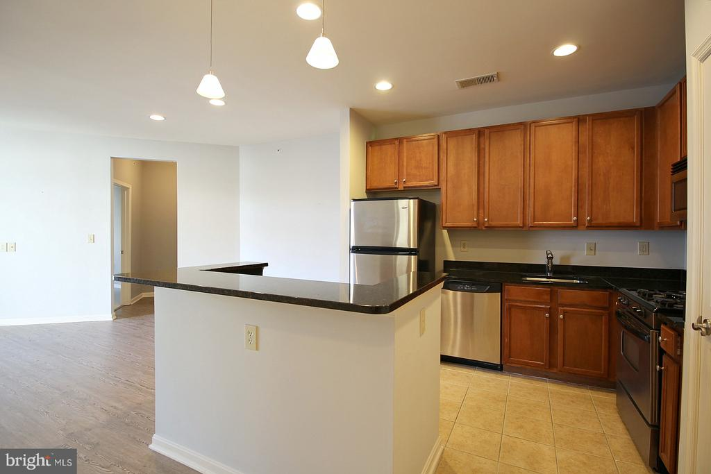 Breakfast bar seating and pendant lights! - 2665 PROSPERITY AVE #429, FAIRFAX