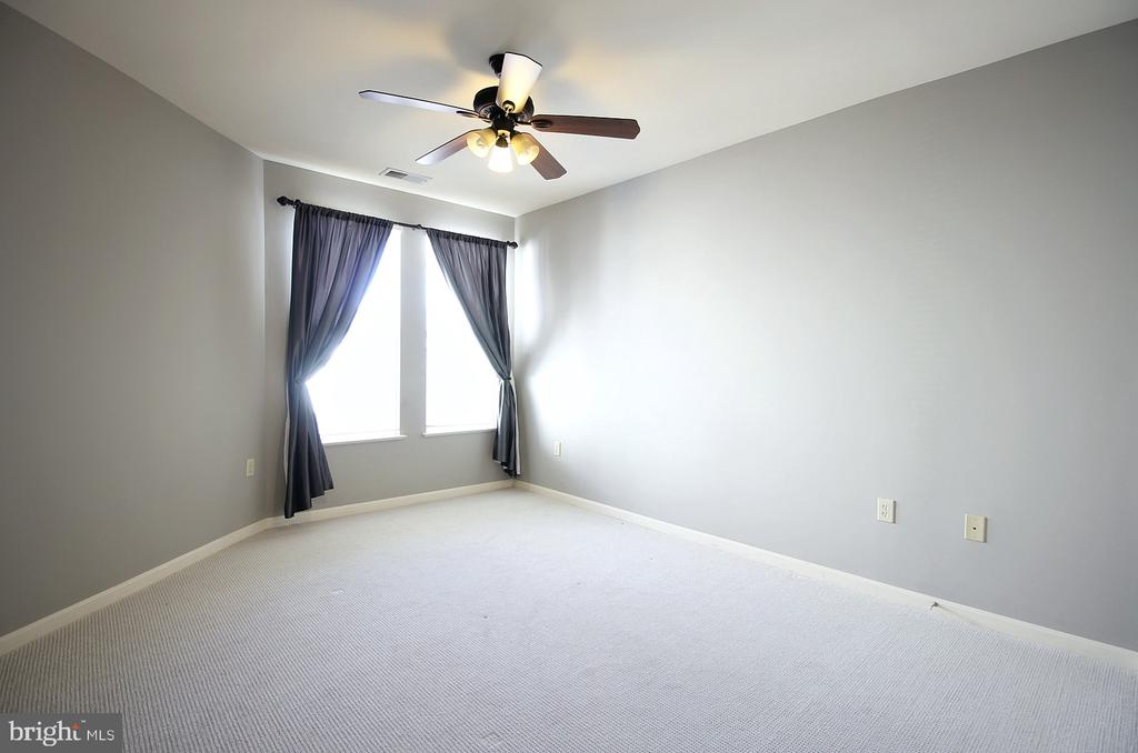 Sunny master with ceiling fan! - 2665 PROSPERITY AVE #429, FAIRFAX