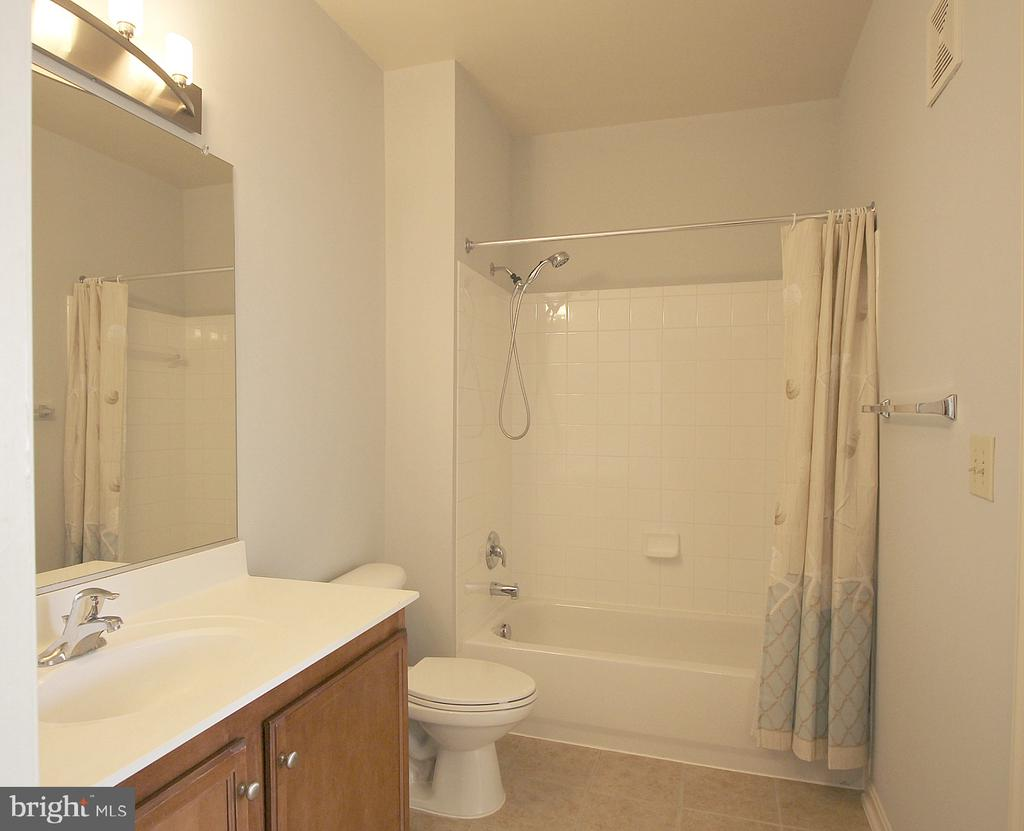 2nd bathroom with tub! - 2665 PROSPERITY AVE #429, FAIRFAX