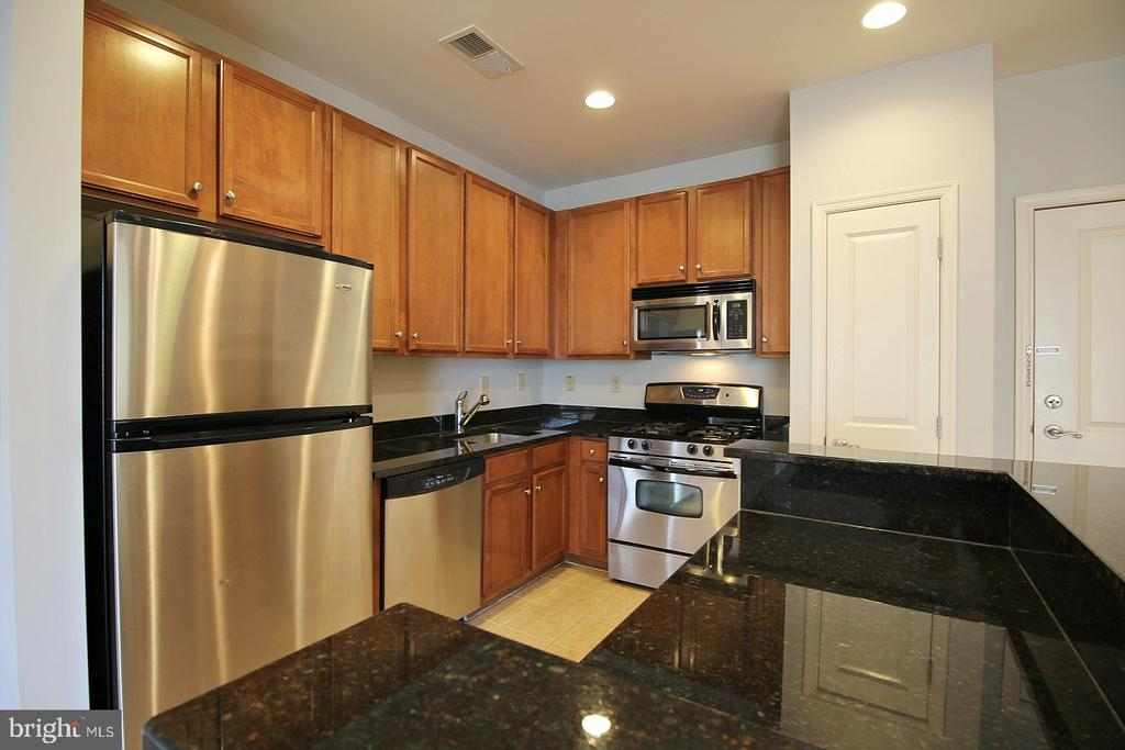Stainless steel appliances! - 2665 PROSPERITY AVE #429, FAIRFAX