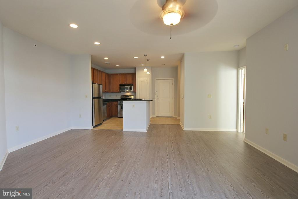 Spacious living area! - 2665 PROSPERITY AVE #429, FAIRFAX