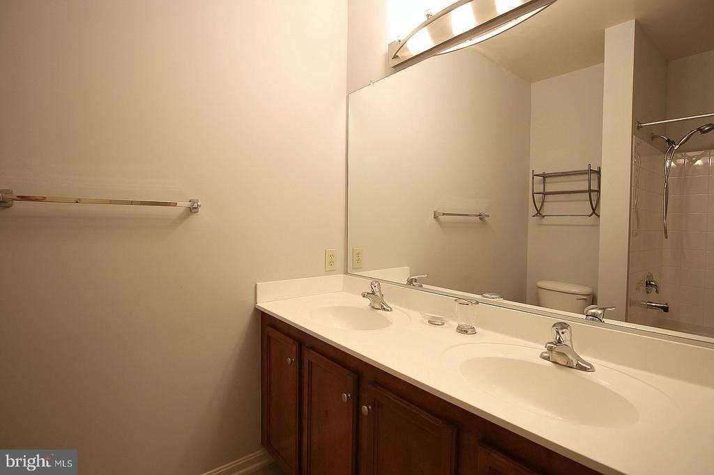 En suite with double vanity! - 2665 PROSPERITY AVE #429, FAIRFAX