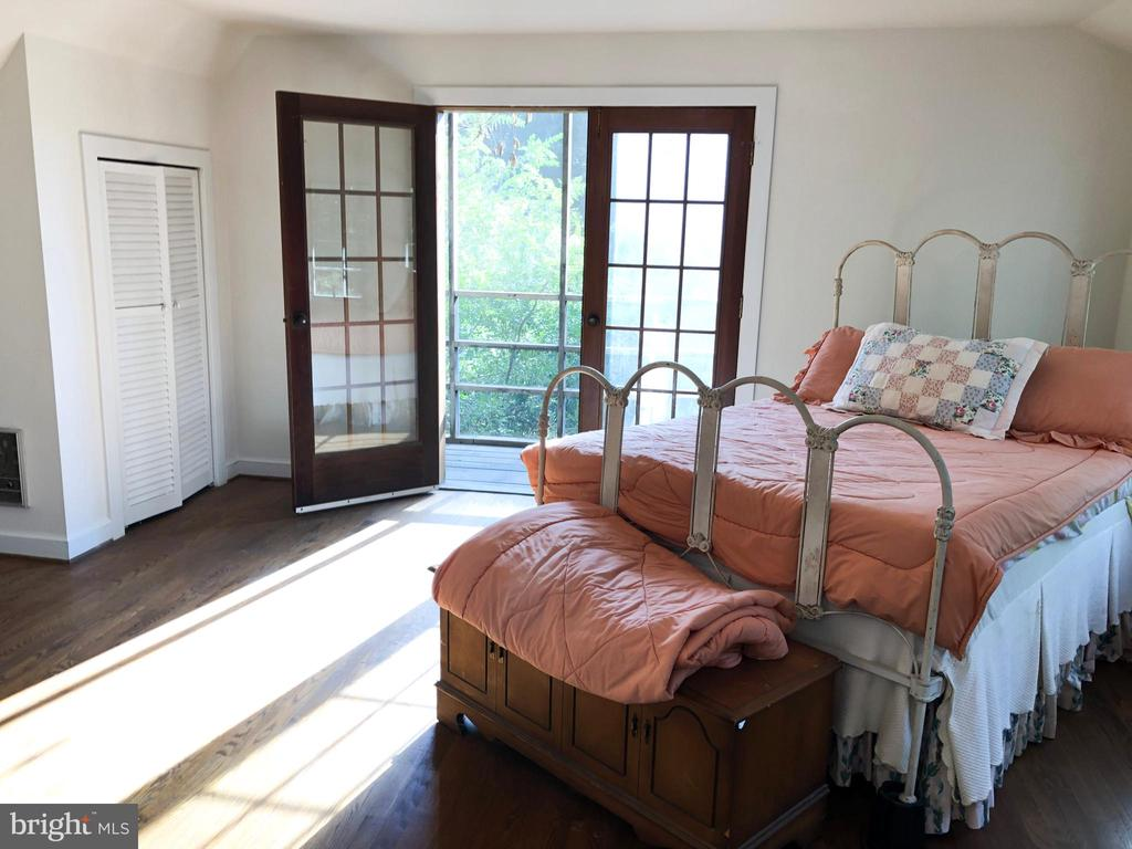 GUEST HOUSE - 2nd Story Loft w/screened in balcony - 210 N KING ST, LEESBURG