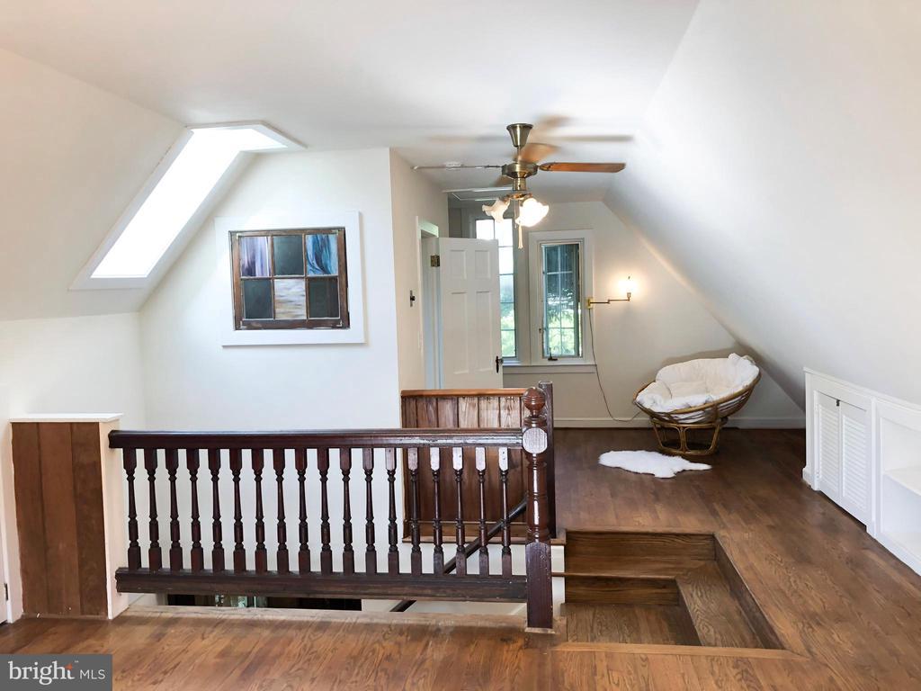 GUEST HOUSE - 2nd Story Loft - 210 N KING ST, LEESBURG
