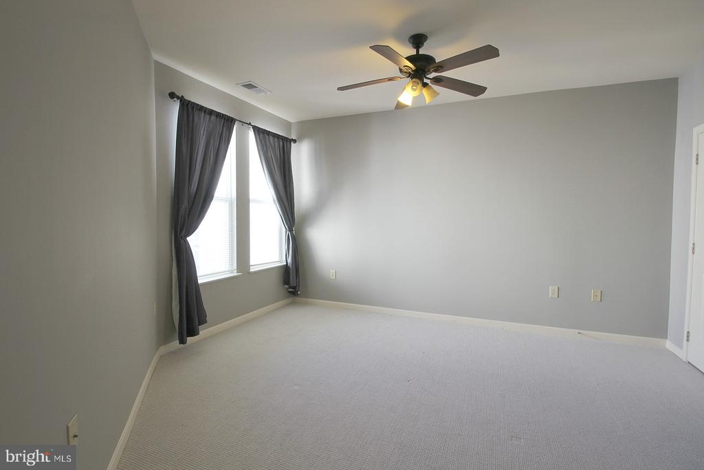 Comfy carpet! - 2665 PROSPERITY AVE #429, FAIRFAX