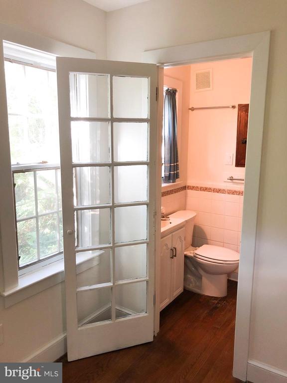 GUEST HOUSE - Main lvl bedroom w/private full bath - 210 N KING ST, LEESBURG